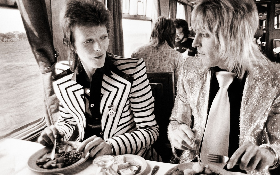 david_bowie_train_food_suits_retro_1779_1920x1200